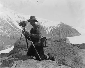 british antarctic expedition 1910 13 terra nova/debenham/thomas griffith taylor photographing