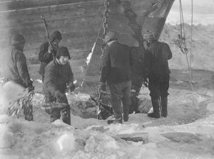 scottish national antarctic expedition 1902 04/trying cut anchor free ice